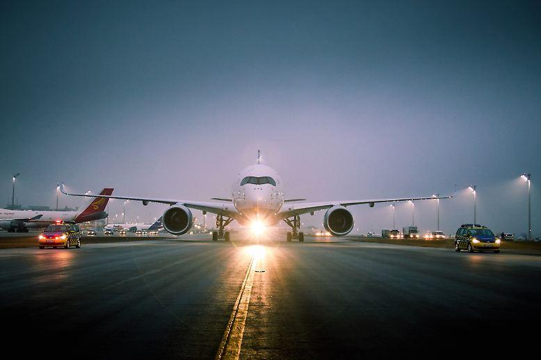 Im trüben Münchner Winterwetter rollt die jüngste Neuanschaffung der Lufthansa in Startposition: ...