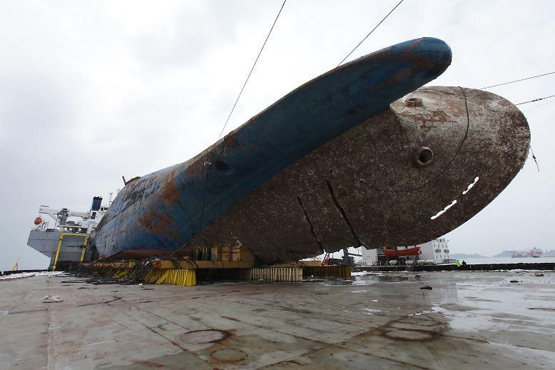 """Erst knapp drei Jahre nach der Katastrophe mit mehr als 300 Toten ist das von tiefen Kratzern und Rostspuren gezeichnete Wrack der """"Sewol"""" erstmals über der Wasseroberfläche zu sehen."""