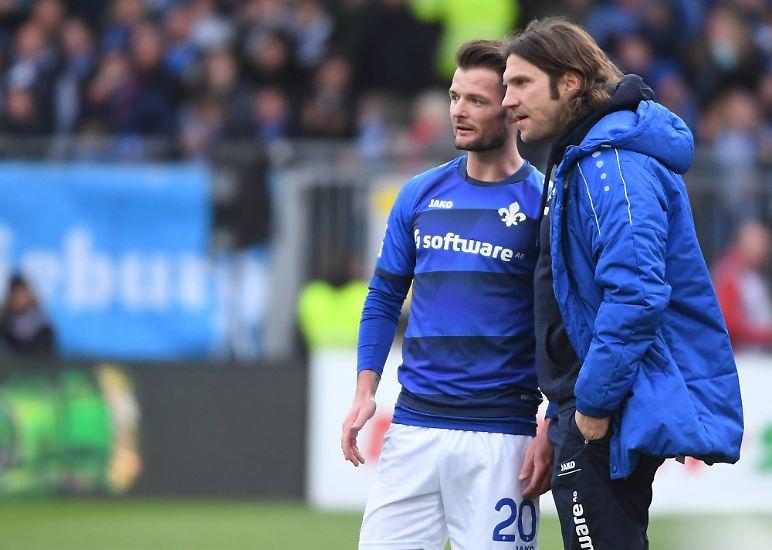 """Darmstadt-Trainer Torsten Frings fasst das Spiel treffend zusammen: """"Es gewinnt nicht immer die bessere Mannschaft. Ich bin überglücklich."""" (ara)"""