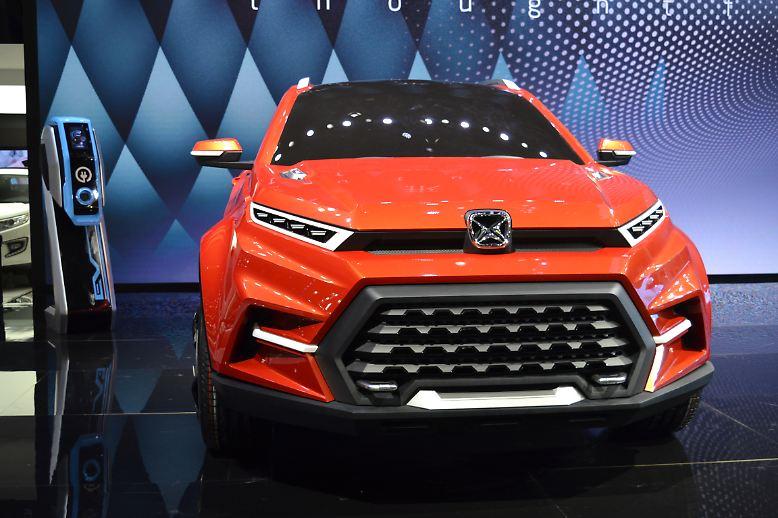 Nicht immer lässt sich in Ermangelung chinesischer Sprachkenntnisse ermitteln, um welchen Hersteller und welches Fahrzeug es sich handelt. So wie bei diesem orangefarbenen Riesen mit großer Schnauze.