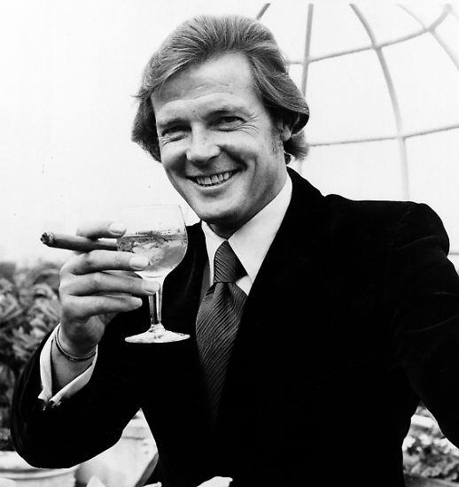 Mit trockenen Martinis kannte sich Roger Moore bekanntlich bestens aus.
