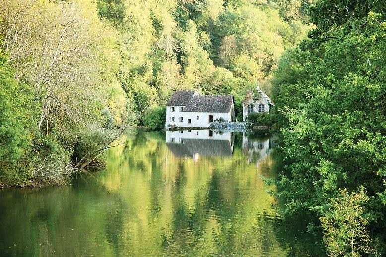 """Das Buch """"Wild Swimming Frankreich"""" zeigt Badeparadiese, wie hier den idyllischen Miroir de Scey. Hier gibt es einen Rastplatz mit einem Zugang zu einer tiefen Badestelle an der Loue."""