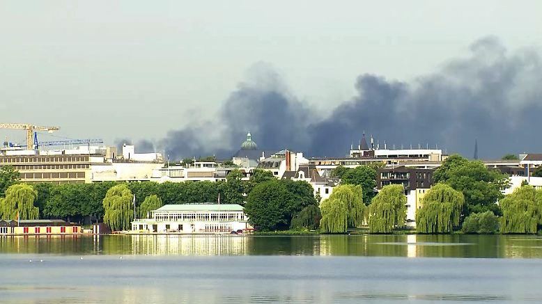 Rauchschwaden über Hamburg. Auch am Freitagmorgen kam es im Umfeld des G20-Gipfels erneut zu gewaltsamen Auseinandersetzungen zwischen Polizei und Demonstranten.