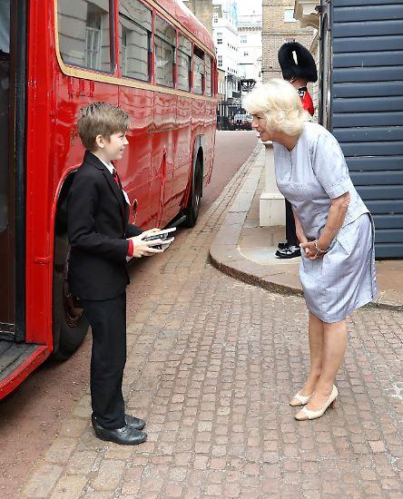 Camilla hat es geschafft: Die Herzogin von Cornwall hat Schritt für Schritt die Herzen der Briten erobert. Hier begrüßt sie einen Grundschüler zu einer Teeparty im Clarence House.