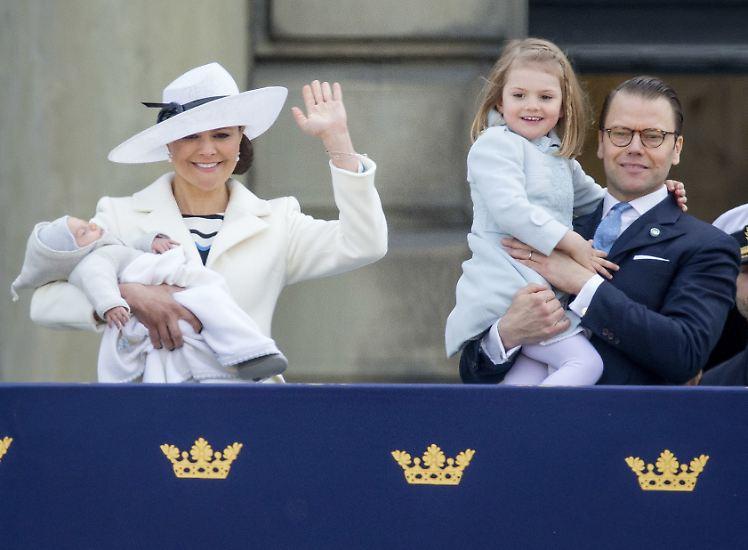 Sie ist Mutter von zwei Kindern, Schwedens Liebling und glücklich verheiratet.