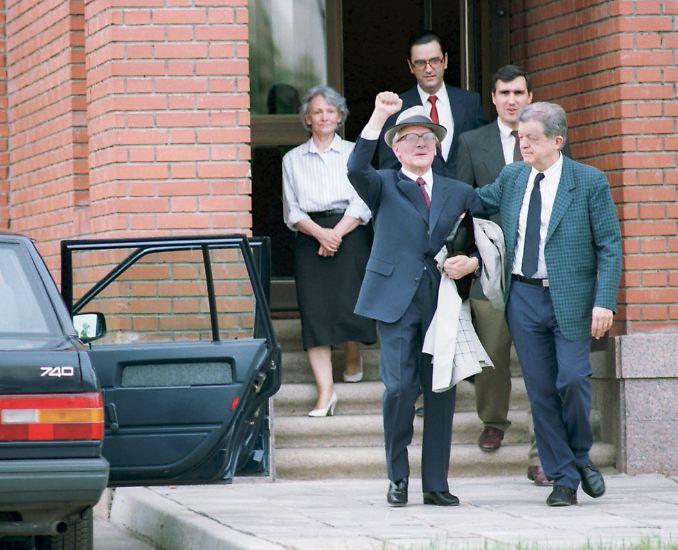 Es ist der tiefe Fall eines Berufsrevolutionärs: Am 29. Juli 1992 wird Erich Honecker in Untersuchungshaft im Krankenhaus der Berliner Vollzugsanstalten in Berlin-Moabit. Da hat er bereits einen langen Weg hinter sich.
