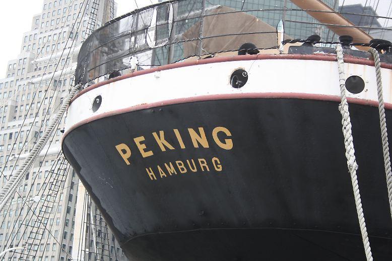 """Mehr als 40 Jahre lang lag die """"Peking"""" am Pier 16 in Manhattan nahe der Brooklyn Bridge."""