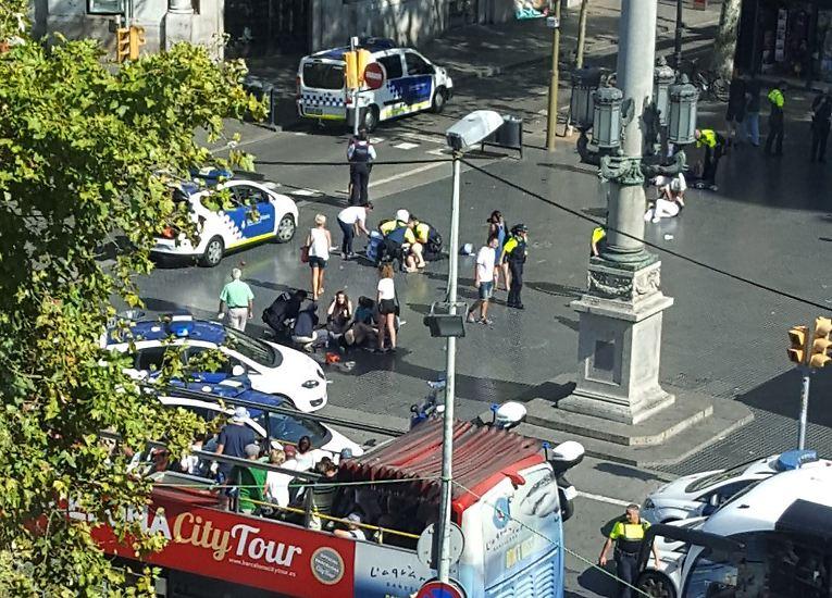 Bei einem Terroranschlag in Barcelona rast ein Lieferwagen der beliebten Flaniermeile Las Ramblas in eine Menschenmenge. Die Sicherheitskräfte sprechen von mehreren Toten und Verletzten.