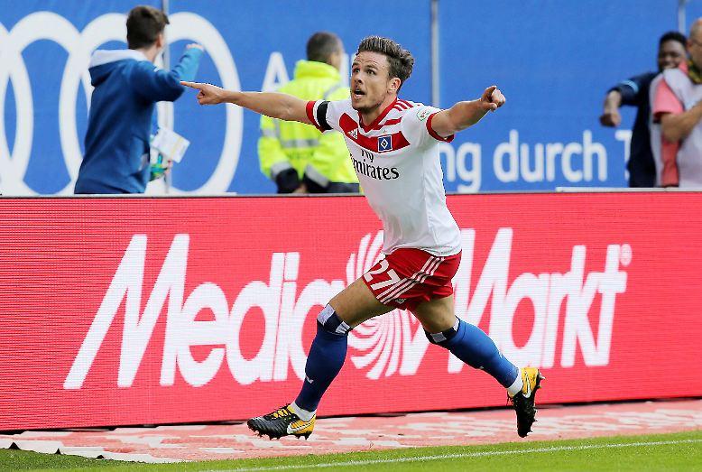 Nicolai Müller (Hamburger SV) feiert seinen 1:0-Siegtreffer gegen Augsburg beim Auftakt der Bundesliga-Saison 2017/18  ...