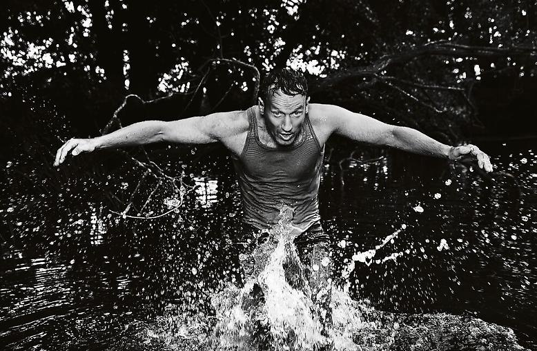 Bilder voller Lebenslust - die wollen wir sehen! Wie dieses von Wotan Wilke Möhrig, der durch den See vor GABOs Haus tobt.