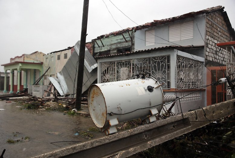 ... verheerende Schäden an. Mit Geschwindigkeiten von rund 250 Kilometern pro Stunde fegte der Wirbelsturm über die Insel hinweg. Schon ...