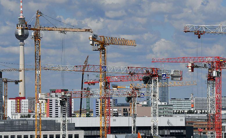 Ohne Kräne geht nichts bei größeren Bauvorhaben. Sie können unvorstellbar große Gewichte auf große Höhen hieven. Wir stellen ...