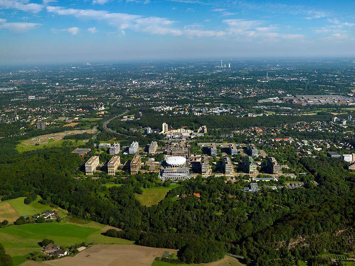 Die Mitte der 1960er-Jahre entstandene Ruhr-Universität Bochum gehört mit über 42.000 Studierenden zu den zehn größten Hochschulen Deutschlands. Viele Arbeiterkinder erhielten dadurch die Möglichkeit, zu studieren.