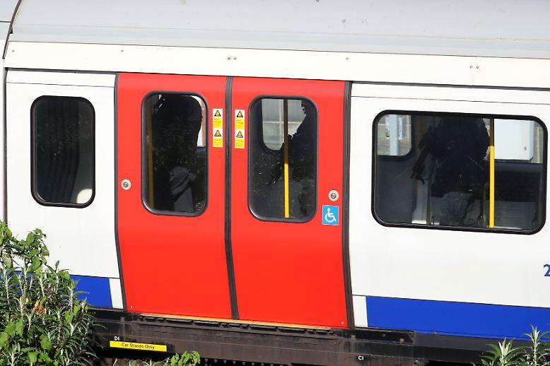 ''''''Der Verkehr der Linie District Line zwischen den U-Bahn-Stationen Earls Court und Wimbledon wurde eingestellt. (vck)''''''