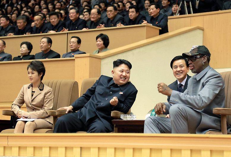 US-Basketballstar Dennis Rodman scheint sich bei Kim Jong Un wohlzufühlen: Bereits fünfmal besuchte er den nordkoreanischen Machthaber. (cfo/spot)