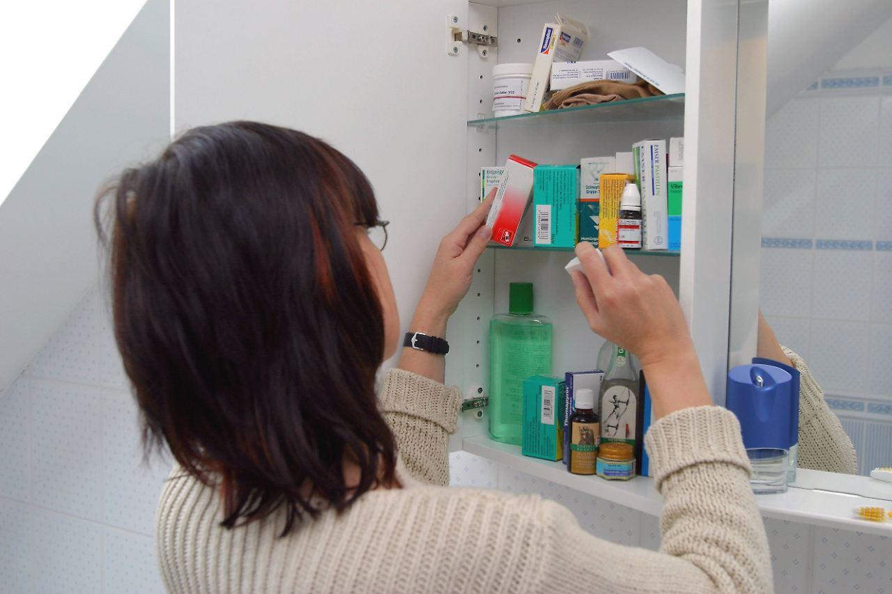 warnung vor selbstmedikation griff in arzneischrank kann gef hrlich werden n. Black Bedroom Furniture Sets. Home Design Ideas