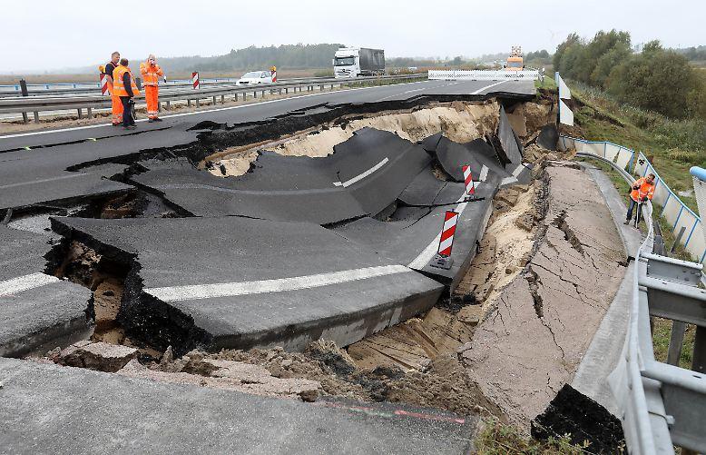 Rund 100 Meter der Autobahn 20 sind bei Tribsees in Mecklenburg-Vorpommern  abgebrochen.