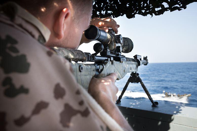 Scharfschützen der Bundeswehr sichern das slowakische Boarding Team aus der Ferne. Bis auf 600 Meter können sie präzise schießen. Nur halb so viel wie an Land. Sie müssen auf See das Wanken des eigenen und des fremden Schiffes ausgleichen.