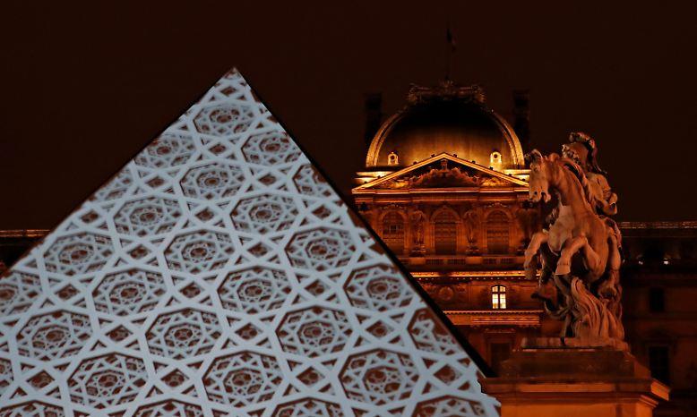 In Paris steht das Original: der weltberühmte Louvre mit seinen Kunstschätzen.