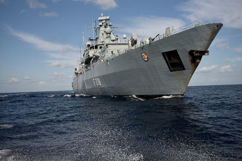 """Anfang November, die deutsche Fregatte """"Mecklenburg-Vorpommern"""" patrouilliert vor Libyen, um gegen Schleuser und den illegalen Waffenhandel vorzugehen."""