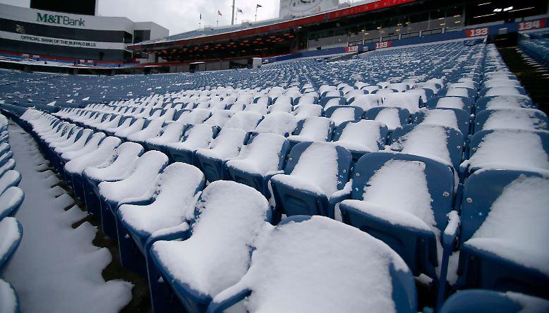 Die Schneemassen hatten das New Era Field fest in ihrer Hand. An eine Spielverlegung war dennoch nicht zu denken.