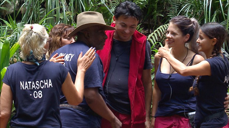 Auch Tag 9 beginnt im Dschungel mit einem Abschied: ...