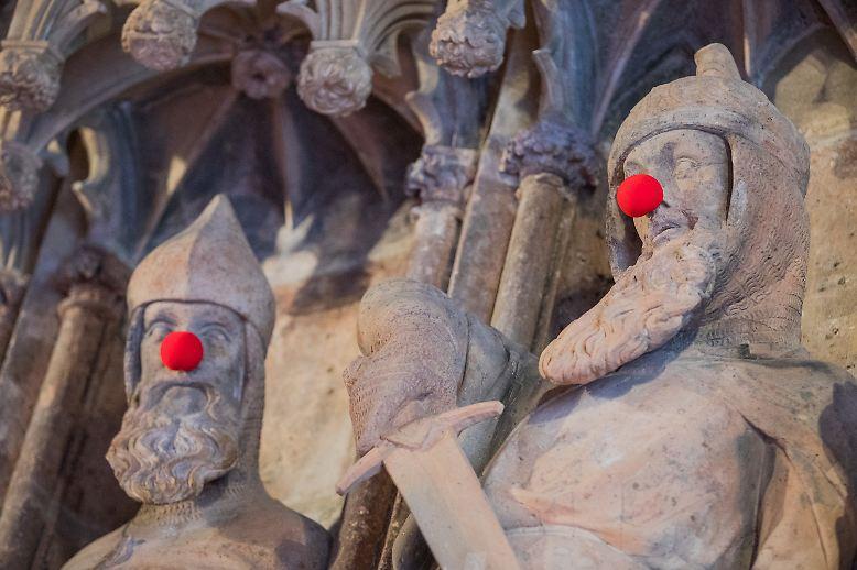 Wenn selbst die historischen Figuren am Kölner Rathaus rote Nasen haben, dann ist wieder Karnevalszeit.