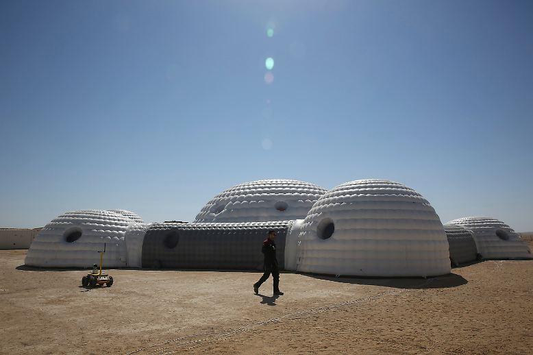 Diese igluförmigen Gebilde sind die neue Lebens- und Arbeitsstätte für sechs Menschen für die nächsten drei Wochen.