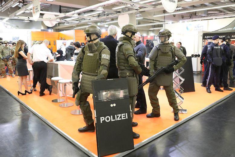 Bei der Messe Enforce Tac in Nürnberg informieren sich Polizisten und Spezialkräfte über neue Hilfsmittel im Kampf gegen Terroristen und Kriminelle.