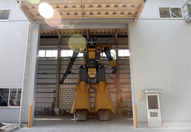 Der japanische Ingenieur Masaaki Nagumo hat einen 8,5 Meter großen zweibeinigen Roboter entwickelt und sich damit einen Kindheitstraum erfüllt. Die sieben Tonnen schwere Maschine ...