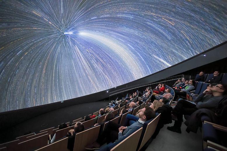 Die Show beginnt! Seit Ende April 2018 hat das neue ESO Supernova Planetarium in Garching bei München seine Pforten geöffnet. Mit eindrucksvollen Vorführungen und ...