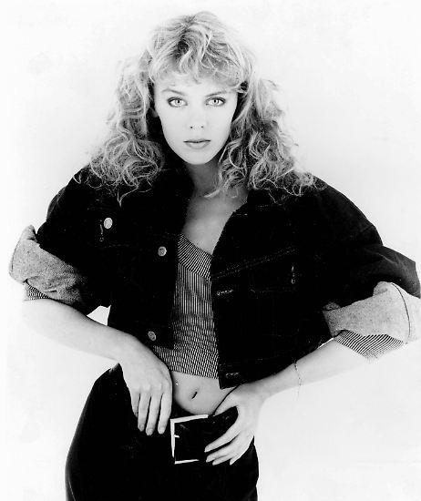 """Sie war 17, sie trug eine braun getönte Dauerwelle mit gelbem Stirnband und es war wirklich nur eine Nebenrolle. Aber im Rückblick, sagt Kylie Minogue, seien die Dreharbeiten für die australische Fernsehserie """"The Henderson Kids"""" wohl """"die beste Zeit meines Lebens"""" gewesen. Das war 1985."""