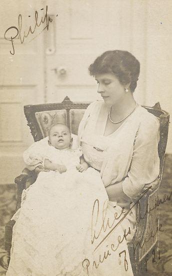Schon seine Geburt war so ungewöhnlich wie sein weiteres Leben: Prinz Philip kam am 10. Juni 1921 auf einem Küchentisch auf der Insel Korfu als Mitglied des griechischen Königshauses zur Welt. Der Arzt hielt das für praktisch. (im Bild: 1922 mit seiner Mutter, Prinzessin Alice von Battenberg)