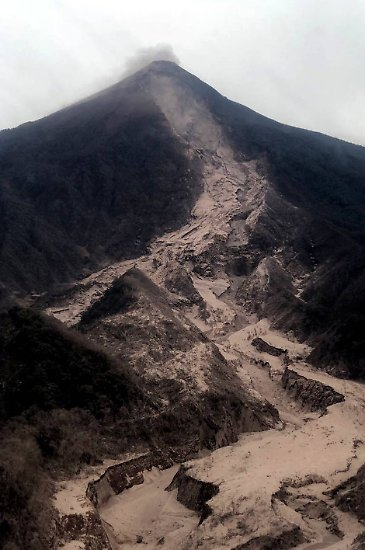 Der Volcán de Fuego, auf deutsch Feuervulkan, in Guatemala grollt immer mal wieder.