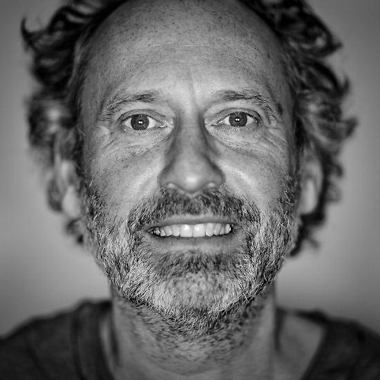 Thomas Kierok hat für sein Projekt 100 Gesichter in 100 verschiedenen Geburtsjahrgängen chronologisch fotografiert. Die Porträts zeigen daher die Entwicklung vom Säugling bis zur 100-Jährigen. Hier ein Einblick in die Fotoreihe.