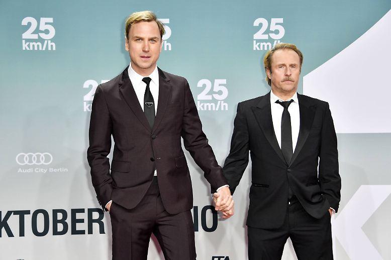 Nach 30 Jahren treffen sich die Brüder Georg und Christian (Bjarne Mädel und Lars Eidinger, v.r.) auf der Beerdigung ihres Vaters wieder.