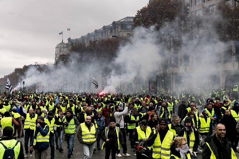 Bei Massenprotesten gegen die Steuerpolitik von Staatschef Emmanuel Macron kommt es in Frankreich erneut ....