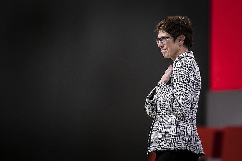 Wenige Minuten vor 17 Uhr am Freitagabend steht es fest: Annegret Kramp-Karrenbauer ist die neue Vorsitzende der CDU - und sichtlich gerührt von ihrem Erfolg.