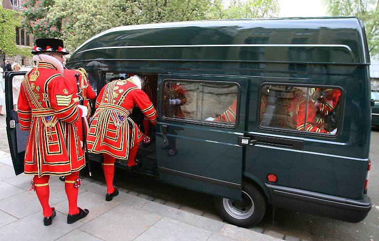 ... in einem der berühmten schwarzen Taxis tun, ...