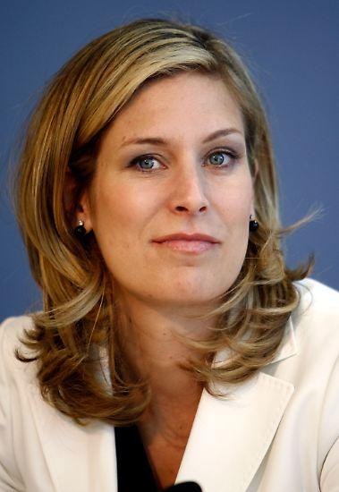 Gut zwei Monate nach Karl-Theodor zu Guttenberg tritt auch die FDP-Europapolitikerin Silvana Koch-Mehrin wegen einer Plagiatsaffäre zurück.