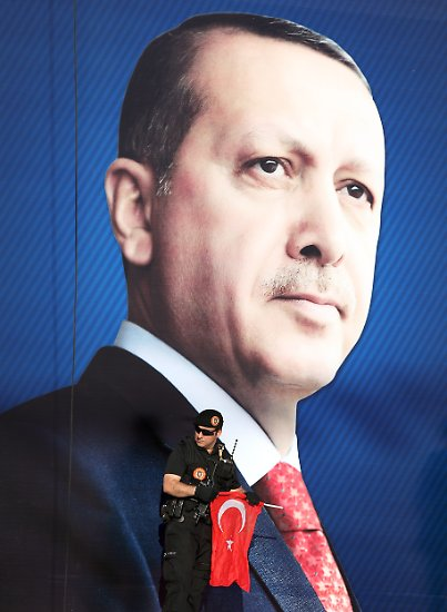 Kurz vor der Parlamentswahl in der Türkei geht es nicht um die Frage, wer als Sieger ausgerufen wird: Alle Umfragen sagen einen erneuten Triumph für die religiös-konservative AK-Partei von Ministerpräsident Recep Tayyip Erdogan voraus.  Aber auch nach gut acht Jahren als türkischer Ministerpräsident scheiden sich die Geister an ihm.