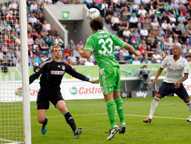 Das ist die Szene, die am 2. Spieltag für viel Aufregung und Diskussionsstoff sorgt: Wolfsburgs Stürmer Patrick Helmes köpft auf das bayrische Tor und ...