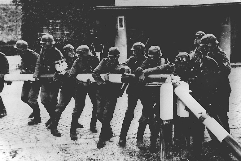 """Vor 72 Jahren begann das größte Inferno, das die Menschheit je gesehen hat. Mit angeblichen """"Vergeltungsaktionen"""" zettelt das Nazi-Regime am 1. September 1939 den Zweiten Weltkrieg an."""