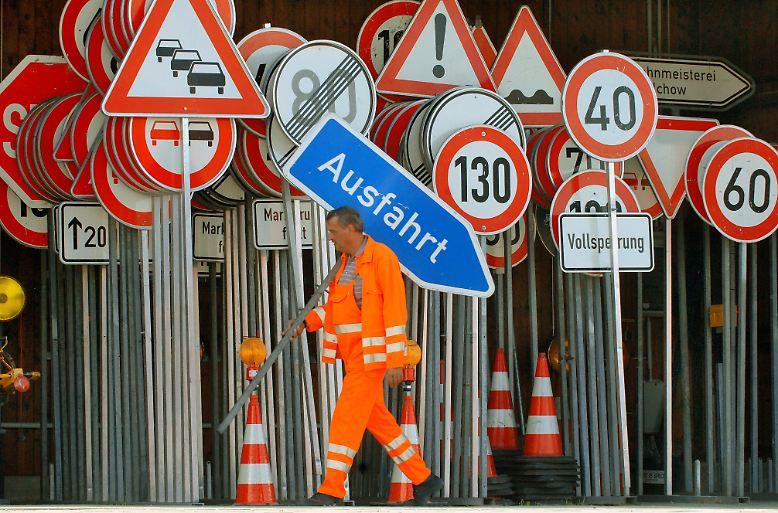 CSU-Verkehrsminister Ramsauer stoppt den Schilder-Wahn. Die alten Verkehrzeichen bleiben weiterhin gültig.