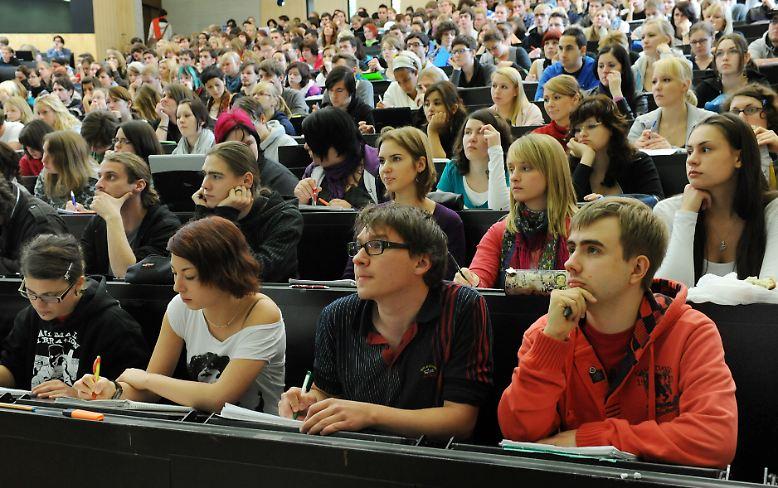 Überfüllte Hörsäle, enge Stundenpläne und strenge Prüfungsordnungen - das Studentenleben ist nicht unbedingt so locker wie sein Ruf. Und während die Altersgenossen in der Ausbildung ihr erstes Geld verdienen, müssen Studenten in einigen Bundesländern auch noch für die Uni bezahlen.