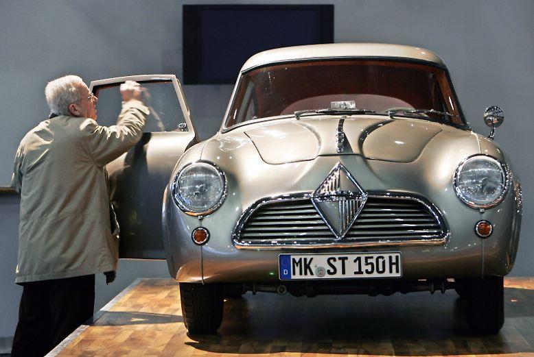 Noch vor 50 Jahren war der Auto Salon in Genf eine kompakte und übersichtliche Schau der automobilen Neuheiten. Mehr als zwei bis drei Autos pro Hersteller fanden keinen Platz.