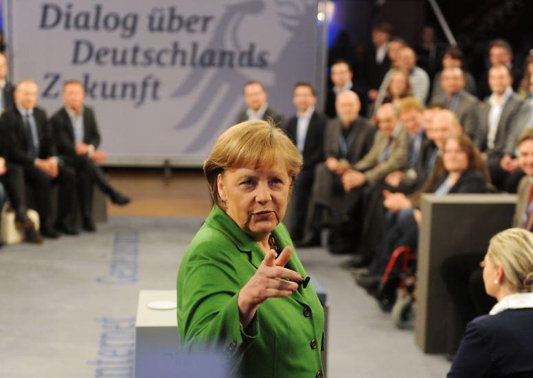 2012: Merkel geht auf Augenhöhe mit dem Volk. Sie bringt die amerikanische Tradition der Town-Hall-Meetings mit dem Bürgerdialog nach Deutschland. (Text: Julia Kreutziger)