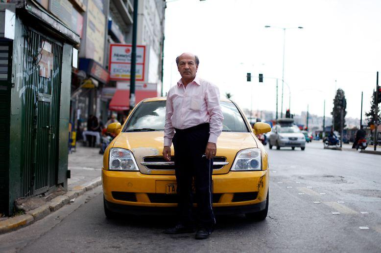 """In den Straßen von Athen spricht die Reuters-Fotografin Cathal McNaughton einen Taxifahrer an. """"Ich teile mir das Taxi mit meinem Sohn"""", antwortet der 60-jährige Dasalakis Theodoros auf ihre Frage, wie er persönlich mit der Wirtschaftskrise umgeht. """"So können wir 24 Stunden am Tag arbeiten, damit das alles funktioniert."""""""