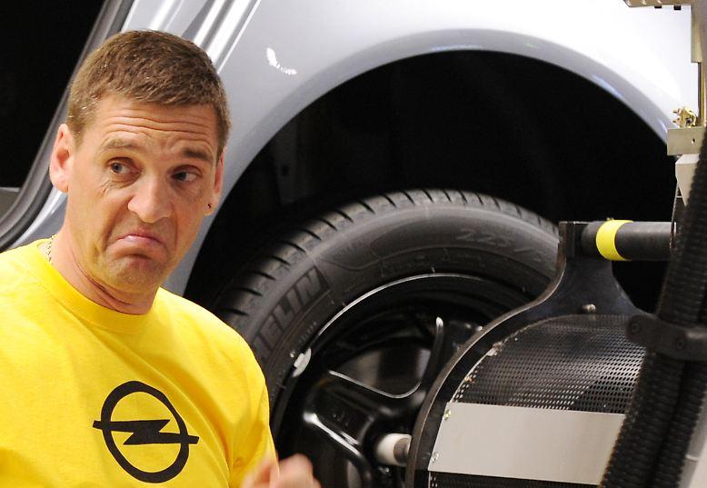 Mit Opel scheint es stetig bergab zu gehen. Auslöser der jüngsten Schieflage ist die weltweite Wirtschaftskrise im Jahr 2008. Da auch das Mutterunternehmen General Motors arg gebeutelt ist, versuchen sich die US-Amerikaner von allem Ballast freizumachen. Neben Saab steht auch Opel auf dem Prüfstand.