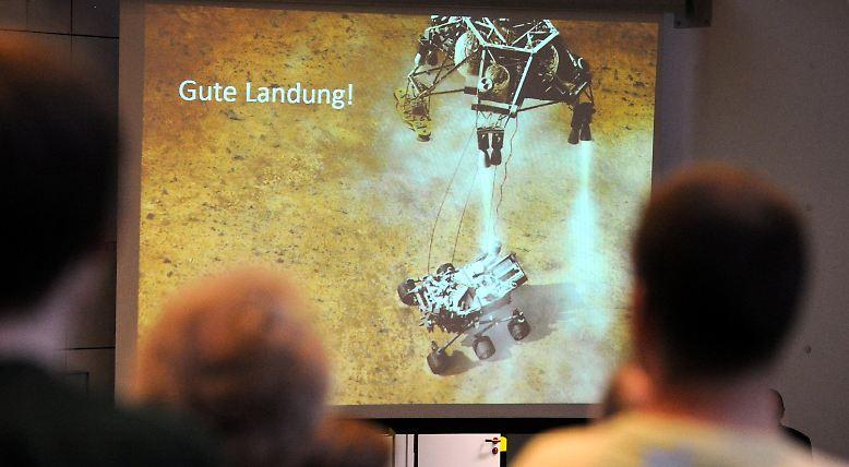 """Am 5. August 2012 landet der Mars-Rover """"Curiosity"""" nach achtmonatiger Reise durchs All  auf dem Roten Planeten: ..."""